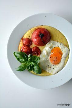 eintopf: serowa polenta ze smażonymi pomidorami, jajkiem i ...
