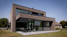 Block Office Architecten / Hedendaagse woning te Alken / Strakke architectuur / combinatie van gevelsteen en zwart houten latwerk / Modern, warm en stijlvol wonen / www.blokoffice.be