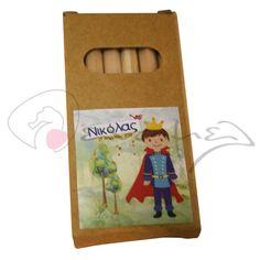Ξυλομπογιές δεμένες σε μπομπονιέρα για βάπτιση με θέμα τον πρίγκιπα. Ξυλομπογιές σε κουτάκι Πρίγκιπας με το όνομα του παιδιού σας και την ημερομηνία της βάπτισης του.  Διαστάσεις 9 Χ 4,5 εκ - 6 ξυλομπογιές  Η τιμή περιλαμβάνει το δέσιμο της μπομπονιέρας από εμάς & 5 κουφέτα αμυγδάλου ή 9 κου