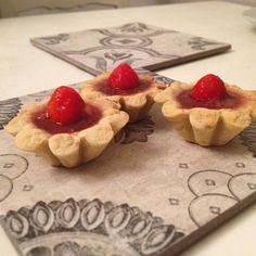 crostatine cioccolato e fragole #cestini #crostata #crostatine #cioccolato #fragole #pastafrolla #chocolate #goodmorning #frolla #strawberry #misspetitefraise  https://www.facebook.com/Misspetitefraise14/photos/pb.601604459979638.-2207520000.1444671359./601793466627404/?type=3&theater