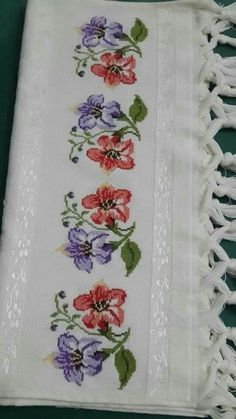 This Pin was discovered by Hay Cross Stitch Borders, Cross Stitch Rose, Cross Stitch Flowers, Cross Stitch Designs, Cross Stitching, Cross Stitch Patterns, Embroidery Patterns, Hand Embroidery, Cross Stitch Christmas Cards