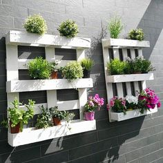 How to Recycle Pallets - Life ideas Pallet Garden Walls, Wood Pallet Planters, Herb Garden Pallet, Eco Garden, Pallet Garden Furniture, Diy Planters, Dream Garden, Palette Garden, Garden Shelves