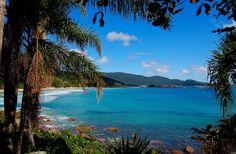 Bombinhas - Playa de agua tranquila y muy turística - Camboriú - Brasil Beautiful Places To Visit, Beautiful Beaches, Wonderful Places, Indigenous People Of Brazil, Places To Travel, Places To See, Brazil Beaches, How Far Ill Go, Romantic Places