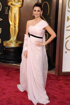 ペネロペ・クルス - 淡いピンクのドレスにはクラシカルなスタイリングで | 海外セレブファッションスナップ CELEB SNAP