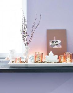 Herbstliche Fensterbank mit Teelichtern und Vase