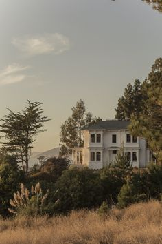 A peaceful white house with a tranquil, sun-drenched view of the countryside and water at sunset. A peaceful white house with a tranquil, sun-drenched view of the countryside and water at sunset. Beautiful Homes, Beautiful Places, Beautiful Bride, Beautiful Pictures, Interior Exterior, Mansion Interior, Interior Livingroom, House Goals, Design Case