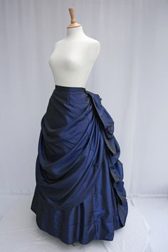 How to make poufs for a bustle skirt. Doesn't look that hard, I think I'll bring back the bustle.