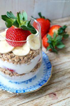 Crunchy spelt ontbijt met banaan en aardbei