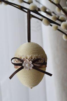 Dies ist ein Satz von 4 schönen Ostereier. Die Eier sind etwa die Größe der echten Hühnerei und etwa 2 1/2 Zoll im Durchmesser. Jedes Styropor Ei ist gefädelt und dann verziert mit Spitze, Bänder und Guipure-Blumen. Die Ostereier sind wunderschöne Dekorationen zu Ihnen nach Hause.