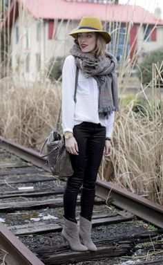 White blouse, black coated skinny jeans, grey plaid scarf, grey boots (maybe use beige ankle boots) Daily Fashion, Everyday Fashion, Love Fashion, Fashion Outfits, Womens Fashion, Autumn Winter Fashion, Spring Fashion, Winter Wear, Cat Scarf
