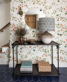 An eclectic mid-century home (Desire To Inspire) August Wallpaper, Seattle Homes, Living Room White, Inspirational Wallpapers, Visual Comfort, Vintage Chairs, Mid Century House, Midcentury Modern, Interior Inspiration
