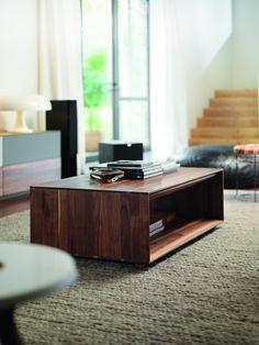 Der Couchtisch Lux ist ohne Frage ein Schmuckstück. Mit seiner praktischen Grösse passt der kleine Tisch perfekt neben Ihre Couch oder Ihren Sessel. Er lässt sich ebenso gut in einer Ecke platzieren oder rundet als Beistelltisch jedes Interieur harmonisch ab. Im Alltag erweist er sich als äusserst praktisch. So können Sie die Platte ganz verschieden nutzen, zum Beispiel für eine sinnliche Kerze oder um ein Glas Wein abzustellen. Hardwood Types, Types Of Wood, Wood Sample, Couch Table, Wood Surface, Solid Wood Furniture, Floating Nightstand, Natural Wood, Storage Spaces