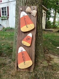 Candy Corn wooden sign decor for halloween Halloween Wood Crafts, Halloween Projects, Diy Halloween Decorations, Fall Halloween, Fall Decorations, Halloween Ideas, Halloween Yard Art, Fall Wood Crafts, Rustic Halloween