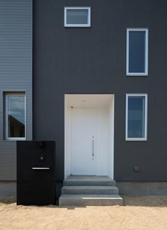 開放的なスキップフロア住宅の外構(玄関扉)1