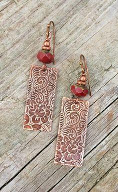 Cuivre gravé boucles doreilles avec rouge en par RusticaJewelry
