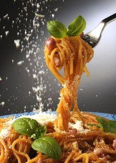 Spaghetti all'Amatriciana: Roma in tavola! Salsa Italiana, Dark Food Photography, Food Gallery, Food Wallpaper, Food Garnishes, Food Concept, Orange Recipes, Creative Food, Food Design