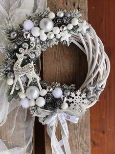 Wianek świąteczny srebrno-biały Rose Gold Christmas Decorations, Silver Christmas, Xmas Decorations, Christmas Holidays, Prim Christmas, Christmas Crafts, Christmas Ornaments, Christmas Ideas, Holiday Wreaths