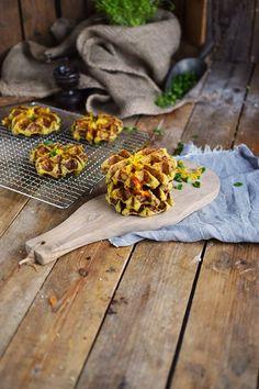 Flammkuchen-Kartoffel-Waffeln-mit-Käse-Füllung-_-Potato-Waffles-with-Bacon-Onions-and-Cheese Flammkuchen-Potato-Waffles-with-cheese-filling -_- Potato-Waffles-with-Bacon-Onions-and-Cheese Potato Waffles, Pancakes And Bacon, Potato Recipes, Veggie Recipes, Keto Recipes, Waffle Sandwich, Sandwich Recipes, Quiche, Pancake Healthy
