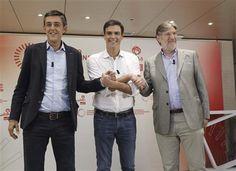 El futuro del PSOE Eduardo Madina, Pedro Sánchez y Antonio Pérez Tapias (i-d), se dan la mano antes de su primer y único debate en la campaña para captar el voto de los militantes socialistas (EFE/Zipi)