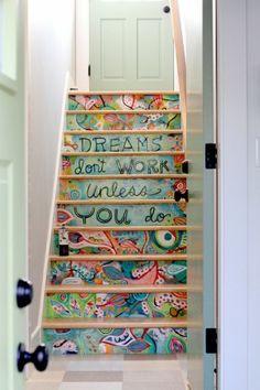 Estilo hippie, encuentra más ideas para decorar tus escaleras aquí http://www.1001consejos.com/ideas-para-decorar-escaleras/                                                                                                                                                                                 Más