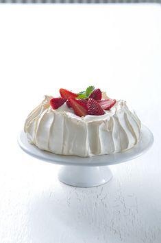 Ingredience: bílek 4 kusy, cukr krupice 225 gramů, škrob kukuřičný 2 lžíce, ocet vinný 1 lžíce, smetana na šlehání 4 decilitry, jahody 200 gramů.