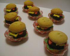 Echte een stoere traktatie voor de hogere groepen deze cupcake hamburger ,ik maak hem met een zelfgemaakt mc donalds friteszakje erbij gevuld met frites chips