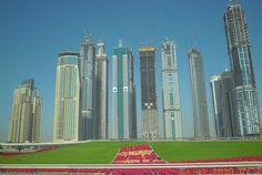 Pareciera una exhibición de Edificios...  Llévelo, llévelo...    Dubai 2009