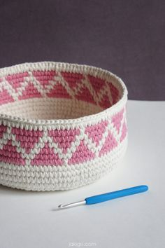 Turning crochet ideas into awesome crochet patterns: sturdy crochet baskets with geometric designs, triangle jute and cotton baskets that fit in tight corners, a journal cover, and Learn to Crochet video tutorials. Crochet Bowl, Crochet Shell Stitch, Crochet Diy, Easy Crochet Projects, Crochet Gifts, Crochet Ideas, Crochet Storage, Crochet Shirt, Crochet Tutorials