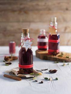 Holunderbeeren-Sirup mit Zimt, Nelken, Piment, Kardamom und Vanille - ideal für Getränke oder Desserts!
