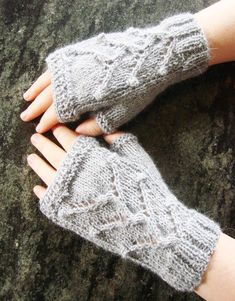 Mitaines Isabelle - tutoriel détaillés avec photographies et schémas chez Makerist Isabelle, Fingerless Gloves, Arm Warmers, Mittens, Knitting Patterns, Knit Crochet, How To Make, Handmade, Spaghetti