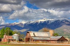 Would love know the things this old barn has seen. Country Barns, Big Sky Country, Old Barns, Country Life, Country Roads, Beautiful Places, Beautiful Pictures, Thing 1, Covered Bridges