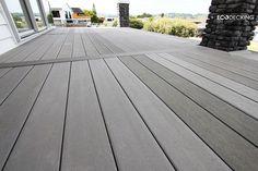 tarima exterior color gris y acabado liso en terraza de chalet #tarimaexteriortecnologica