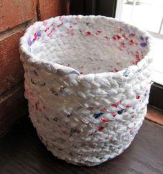 Fonott kosár műanyag zacskókból - kreatív újrahasznosítás / Mindy - kreatív ötletek és dekorációk minden napra