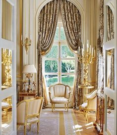 The gilded boiserie, antique Bergere, brocade curtains: Eastern interior living… Luxury Home Decor, Luxury Interior Design, Interior Exterior, Luxury Homes, Interior Decorating, Arched Window Treatments, Ad Architectural Digest, Interior Minimalista, Classic Living Room