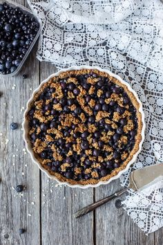 This gluten free and vegan blueberry pie is very simple, and tastes great as it is or with some homemade vegan vanilla ice cream. Healthy Cheesecake Recipes, Raw Vegan Cheesecake, Healthy Cake, Healthy Treats, Healthy Desserts, Dessert Recipes, Gluten Free Treats, Gluten Free Desserts, Vegan Gluten Free