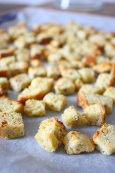 Maak zelf je eigen knoflook croutons met dit heerlijke recept. Binnen 20 minuten zijn ze klaar. Lekker voor in de soep of in salades.
