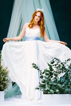 Boho Brautkleid mit Spitze mit Tupfen, transparenten Trägern und tiefem…