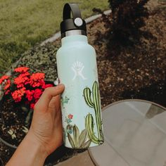 Aesthetic Painting on hydroflask water bottle with acrylic colors. Idea for VSCO with flowers and nature elements Water Bottle Art, Cute Water Bottles, Water Bottle Design, Hydro Painting, Bottle Painting, Painting Art, Paintings, Custom Hydro Flask, Hydro Flask Water Bottle