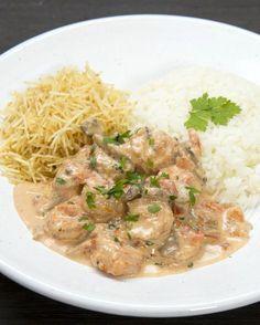 Estrogonofe de camarão Chef Recipes, Veggie Recipes, Seafood Recipes, Cooking Recipes, Carne, Good Food, Yummy Food, Clean Eating Dinner, Fat Burning Foods