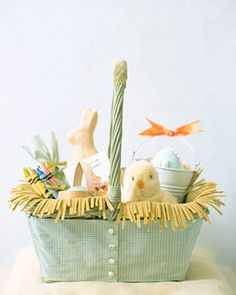 Slipcovered Easter Basket A plain wicker basket dressed up in gingham is as delightful as the treats it holds and can be reused on other occasions. Make a Slipcovered Easter Basket. Like the grass in it too Hoppy Easter, Easter Bunny, Easter Gift, Easter Eggs, Holiday Crafts, Holiday Fun, Martha Stewart, Diy Ostern, Easter Parade