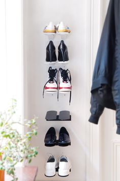 Shoe shelf Step comes in black and white and is suitable for all kinds of shoes, from rubber boots to high heels. Perfect shoe shelf for those who want an easily cleaned hallway and discreet, yet stylish shoe rack. Available in 60 cm and 20 cm modules.  Material: Powder coated metal wire