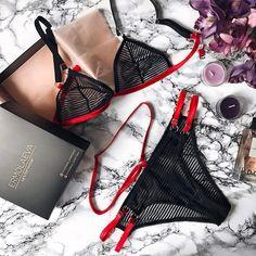 Главный модный тренд 2017 года — это полоска. Она присутствует практически в каждой коллекции , которая была представлена на прошедшей недавно Неделе моды в Милане 2016 — 2017. Брюки, платья, блузки, костюмы, сумки, туфли,нижнее белье и прочее… Все разлиновано в разноцветную полоску, пестрит яркими красками и привлекает к себе внимание. Поэтому если вы хотите купить по-настоящему модную вещь, то покупайте что угодно, лишь бы этот предмет гардероба был в полоску. Мы же, в свою очередь…