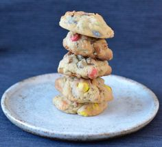 These pretzel M&M cookies are super simple and seriously tasty. Salty, sweet and chocolatey, they make the perfect treat! Plum Pie Recipe, M M Cookies, Vanilla Essence, Pie Recipes, Tray Bakes, Pretzel, Spy, Super Easy, Meal Planning