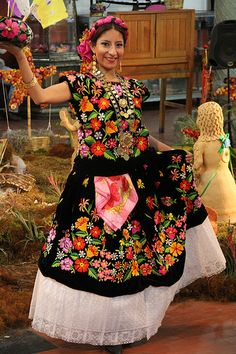 Young girl wearing a traditional highly embroidered 'Tehuana' dress (women from the mexican area called Tehuantepec in the State of Oaxaca are called ' Tehuanas') in her local village festivity. Mexican Fashion, Mexican Outfit, Mexican Dresses, Mexican Style, Ethnic Fashion, Traditional Mexican Dress, Traditional Dresses, Costumes Around The World, Mexican Heritage