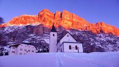 Alpenglühen in Alta Badia, im Vordergrund die Heilig-Kreuz-Kirche. (Bild: Alta Badia)
