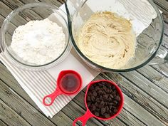 Have an egg allergy or going vegan? Don't worry, you can still enjoy cookies! Try this eggless cookie recipe for chocolate chip cookies. Traditional Chocolate Chip Cookie Recipe, Eggless Chocolate Chip Cookie Recipe, Eggless Cookie Recipes, Eggless Desserts, Butter Cookies Recipe, Chocolate Chip Recipes, Chocolate Chip Cookies, Dessert Recipes, Egg Free Cookies