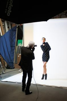 Behind the Scenes: Karl by Karl Lagerfeld Otoño/Invierno 2012  Anja Rubik, Saskia de Brauw y Sui He posan para Lagerfeld. Las fotos del detrás de cámaras son de Olivier Saillant.