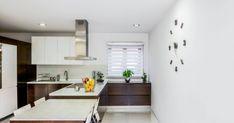 Desenhamos uma cozinha em continuidade sonora e ambiente com a sala mas sem continuidade visual para estar presente mas não visível. #ilhas #penínsulas #cozinhas