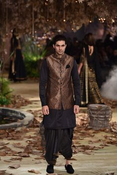 Tarun Tahiliani at Indian Couture Week 2017 Indian Bride And Groom, Tarun Tahiliani, Indian Men Fashion, Designer Suits For Men, Vogue India, Evening Dresses, Afternoon Dresses, Flapper Dresses, Indian Outfits