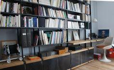 Mobilier design, bibliothèques bois acier, tables, lampes, objets de décoration d'intérieur, acier, cuivre, laiton